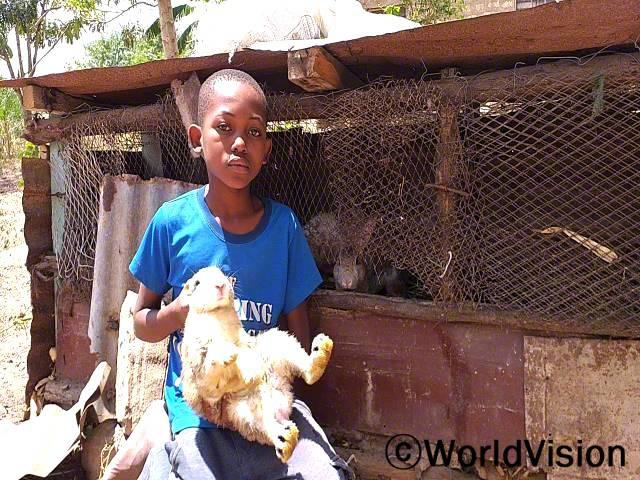 """""""저희 부모님은 월드비전의 도움으로 직업훈련을 받았어요. 아빠는 이번에 토끼를 기르기 시작했는데 덕분에 정기적인 수입이 생겨 생활이 훨씬 안정됐어요."""" –벤(10세)년 사진"""