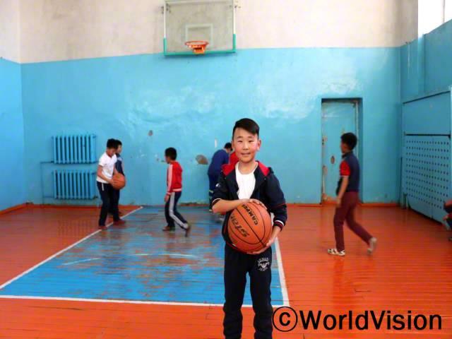 학교 체육관을 지원해 주신 덕분에, 모든 아이들이 농구공과 농구골대 같은 다양한 도구들을 활용하여 체육을 배우게 되었어요. 그 결과, 저는 더 건강해지고 더 많이 배울거예요. 저희 모두 월드비전에게 감사드려요. -얼드느밧(11세)년 사진