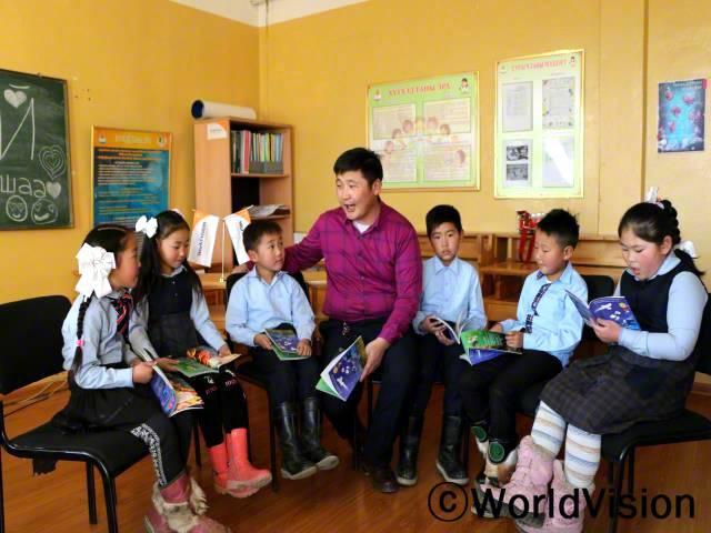 몽골 고비알타이 지역개발사업장 팀장 볼드바타르 마키메드리 씨와 지역사회 아동들이 함께 있는 모습입니다.년 사진