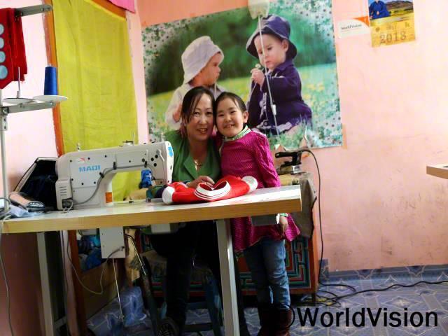 막내딸 엔키진과 함께 있는 어머니 오트곤(왼쪽)은 재봉 사업을 통해 가족들을 부양할 수 있게 되어서 행복해요.년 사진