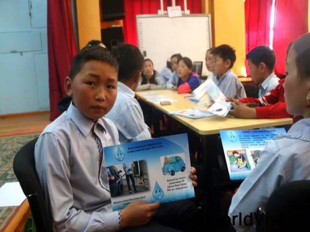 저는 월드비전이 주최한 캠페인에 참여하여 가정 재난상황 대응법과, 물의 중요성, 성교육과 아동 보호에 대한 전반적인 지식을 쌓았어요. -간빌렉(12세)년 사진