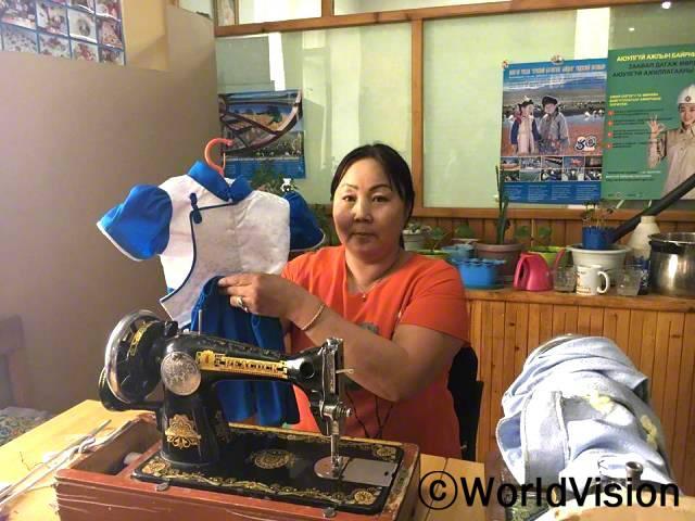 월드비전이 지원해 준 재봉틀을 이용해 전통의복을 만드는 법을 배웠어요. 처음으로 딸을 위해 몽골 전통 옷인 '델'을 만들어 봤어요. 여러가지를 배울 용기가 생겼어요. -얼든셋세그(41세)년 사진