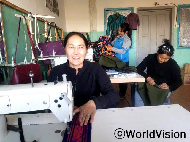 """""""마을주민 4명과 봉제 모임을 만들었어요. 월드비전에서 재봉틀과 스팀다리미를 지원해주었죠.요즘에는 전통의상 수선 주문이 많이 들어와서, 수입도 꾸준히 늘고 있어요."""