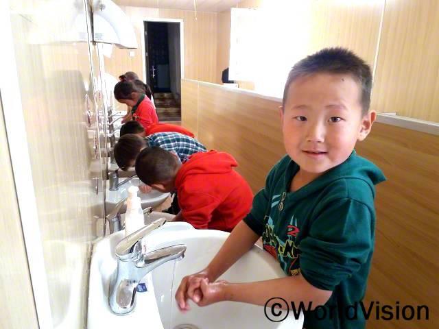 """""""우리 유치원에 세면대랑 화장실이 생겼어요. 손을 깨끗이 씻는 법도 배웠고요! 건강하려면, 매일 손을 깨끗이 씻어야 해요."""