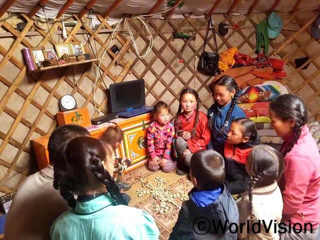"""아이들은 몽골 전통 게임을 통해 남을 배려하고 서로 협력하는 법을 배웁니다. """"오늘은 친구들과 함께 게임하면서 즐거운 시간을 보냈어요. 후원자님이 저를 도와주시는 것처럼 저도 누군가를 도와주고 싶은 마음이 생겼어요."""" -우란치메그년 사진"""