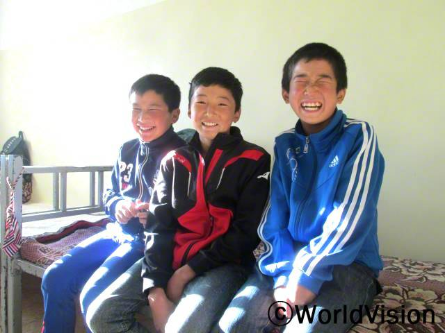 학교 기숙사가 더욱 편해졌어요. 저와 제 친구들은 더 좋은 환경에서 숙제를 할 수 있게 되었습니다. - 푸렙바딸, 13세, 오른쪽년 사진