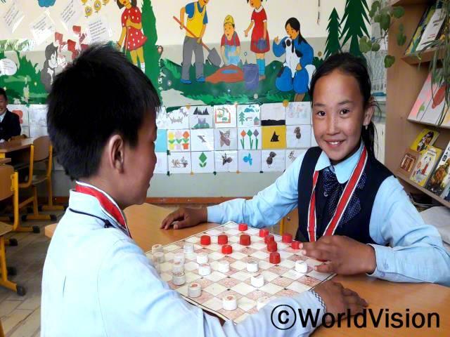 오늘 저는 정말 행복해요. 왜냐하면 체스 대회에서 일등을 했거든요! 저는 여가 시간에 보드게임 하는 것을 좋아해요. 이것이 제가 생각하는 기술을 향상시키는데에 도움이 되었던 것 같아요. 저는 월드비전에서 열리는 활동에 참여하는 것이 항상 기쁘고 즐거워요. - 바야르치멕, 11세 소녀년 사진