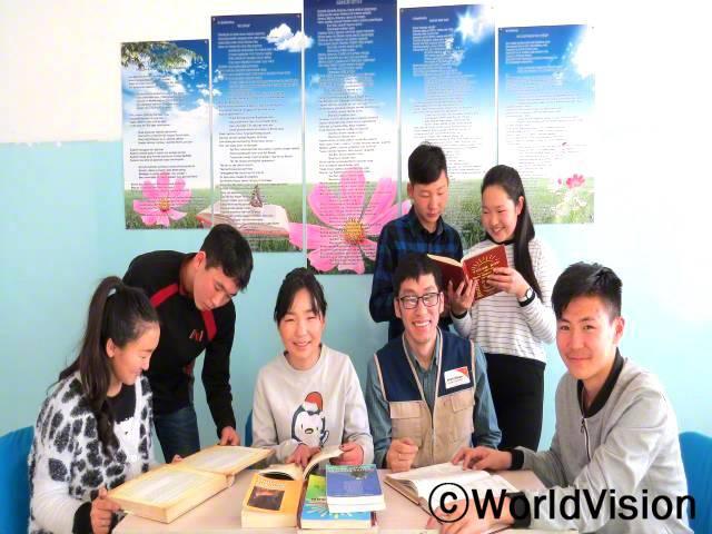 몽골 호브트 지역개발사업장 팀장 투무르바타르 엔크투르씨가 지역사회 아동들과 함께 있는 사진입니다.년 사진