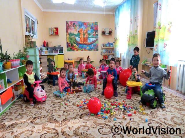 유치원에는 제가 좋아하는 장난감과 악기들이 많아서 좋아요. 매일 새로운 것들을 배울 수 있어요. -간소욤보(4세, 맨 왼쪽에 있는 아동)년 사진