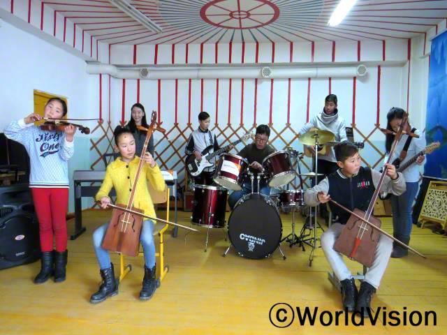 우리 학교에는 월드비전에서 지원 받은 다양한 악기들이 갖춰진 음악 동아리가 있어요. 친구들은 동아리 활동에 적극적으로 참여하며 실력을 쌓아요. 음악은 우리들의 교육과 발달에 큰 영향을 줘요. 음악을 할 수 있어서 무척 감사해요. -델게르자야(11세, 바이올린을 연주하는 아동)년 사진