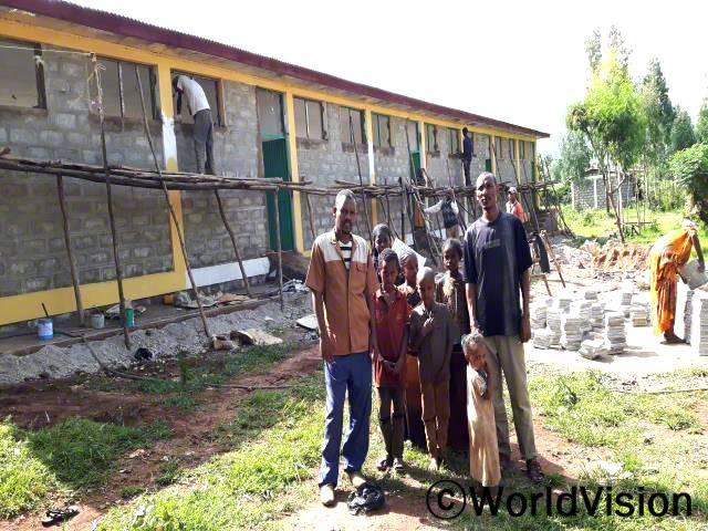 새로 만든 교실덕분에 학생들의 참여가 더 좋아졌고, 교실 부족의 문제도 해결됐어요. 월드비전의 후원 덕분에 9월에 완공도 되고, 교실로 사용할 수 있게 되었어요.  데포 초등학교의 선생님 케디르씨가 말했습니다.년 사진