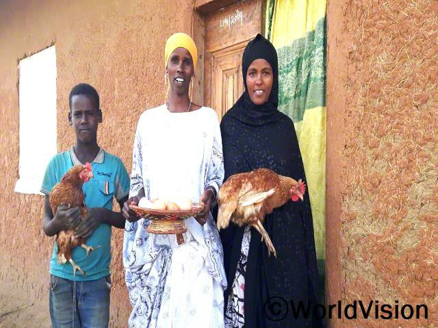 저희는 직접 얻는 계란을 판매하여 저축을 합니다. 이로부터 얻는 수익은 저희 가족의 지출로 사용됩니다. -두레티, 가운데년 사진
