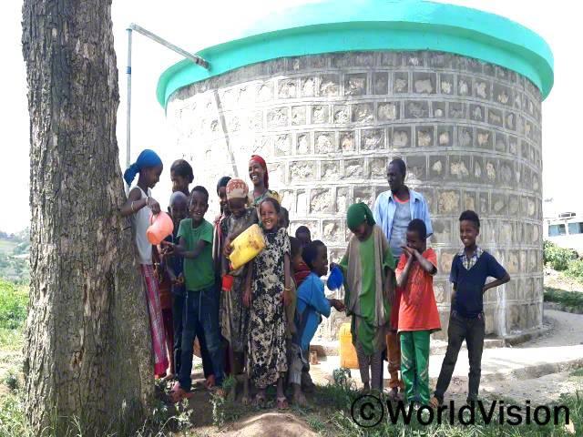 우리 마을을 위해 커다란 저수탱크를 설치해준 월드비전에게 감사와 축복을 전합니다. 우리는 더이상 물을 길르기 위해 멀리 떠날 필요가 없습니다. -무랃(45세), 열 명의 아이를 둔 아버지년 사진