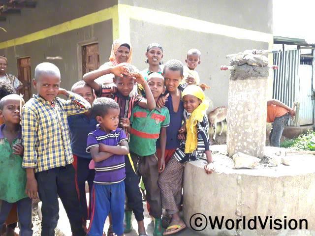 저희는 더럽고 건강에 좋지 않은 빗물을 마시면서 식수 부족으로 정말 많은 고통을 받고 있어요. 월드비전에서 진행하는 식수사업이 어서 빨리 끝나길 정말 간절히 바라요. -파투마(30세)년 사진