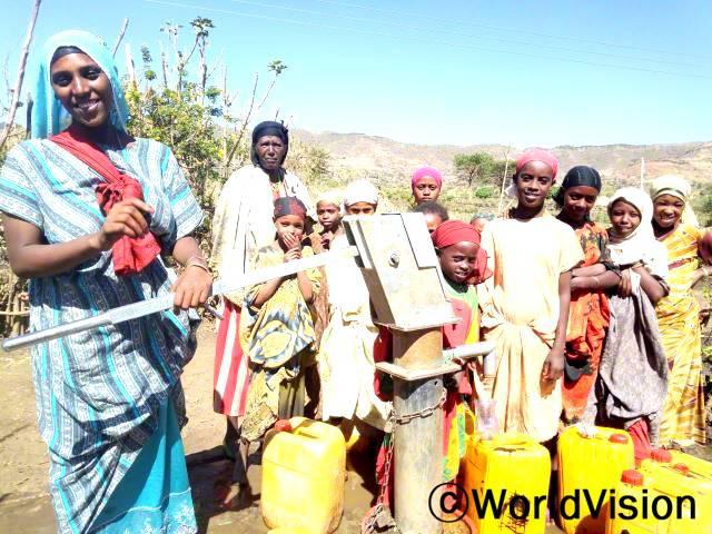 """예전에는 물을 길으러 2시간을 걸어가도, 우리가 물을 긷는 강은 다른 야생동물도 이용하는 오염된 곳이라 깨끗한 식수를 구할 수 없었어요.그런데 후원자님 덕분에 마을에 수도 시설이 생겨서, 이제 주민들은 깨끗한 식수를 마실 수 있어요.""""  -  한가투(32세, 두 아이를 둔 어머니)No 184935_20190211_215631_YUP1849352019021121563119-02-12 06:56 AMPICYUP184935_20190211Annual년 사진"""