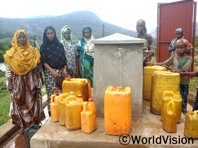 식수시설 개선마을 가까이에 식수시설이 생겨서 마을주민과 아동들이 더 건강하게 되었습니다.년 사진