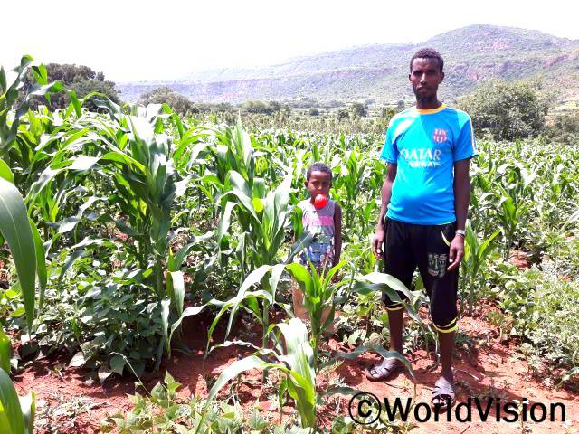 종자 지원극심한 가뭄피해에서 회복하기 위해 가정에 씨앗을 제공하고 있습니다.년 사진
