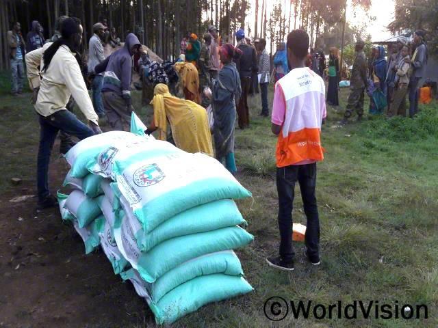 씨앗 종자 보급/ 멜카벨로 지역주민들을 위하여 월드비전에서 씨앗 종자를 보급하였습니다.년 사진