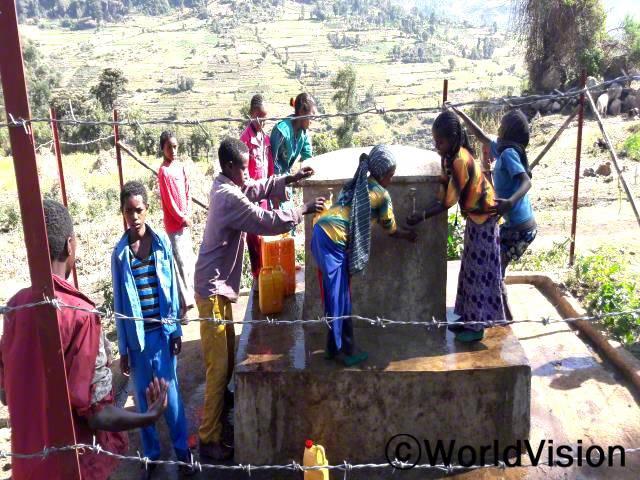 월드비전에서 저희학교 근처에 수도시설을 설치하여 주기 전, 저와 제 친구들은 깨끗한 물을 얻을 수 없었어요. 월드비전 덕분에 이제는 깨끗한 물을 마실 수 있고 손을 씻고 세수를 할 수도 있어요. -가디사(11세), 4학년 아동년 사진