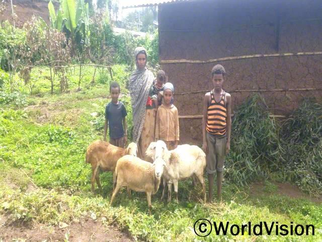 저희 마을에는 월드비전의 도움으로 시작된 저축모임이 있어요. 저는 이 모임을 통해 염소와 씨앗을 살 수 있었습니다. -네시라(35세), 다섯 명의 자녀를 둔 어머니년 사진