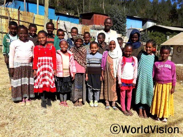 에티오피아 멜카벨로 지역개발사업장 팀장인 니구수 제네베 씨와 아동들의 모습입니다.년 사진