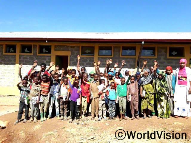 나힐리(녹색 상의와 목걸이를 한 아동)는 환경이 더 좋아져 학교에 다니는 것이 행복하다고 합니다.년 사진