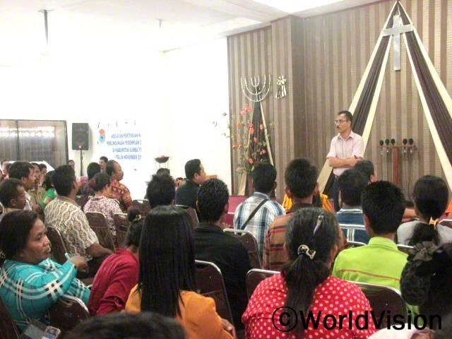 이스트숨바 지방정부와 월드비전 인도네시아 이스트숨바 사업장은 아동상황분석을 통해 모은 아동보호와 관련된 문제를 주제로 회의를 개최하였습니다.년 사진