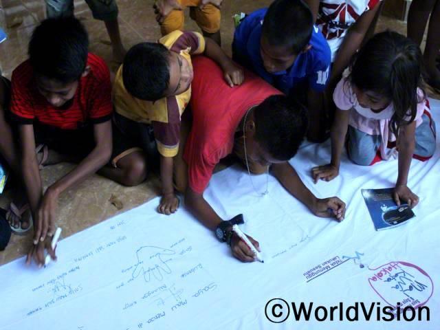 '학교가자!' 캠페인은 학교를 관두는 아동들이 늘어남에 따라 아동들 서로가 서로에게 지속적으로 학교를 다니는 동기부여가 되도록 도전을 제기하였습니다. 해당 캠페인은 음바타카피두 마을을 포함한 총 44개 마을에서 개최되었습니다.년 사진