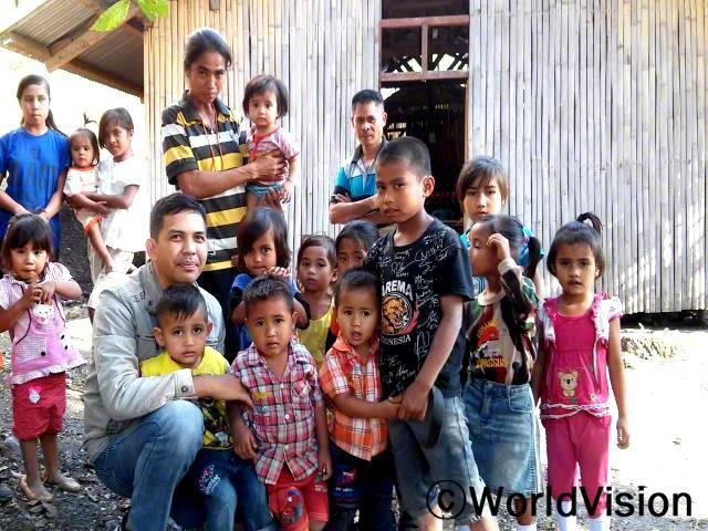 인도네시아 이스트숨바 지역개발사업장 팀장 아브너 라다니 셈봉 씨와 지역사회 아동들의 모습입니다.년 사진