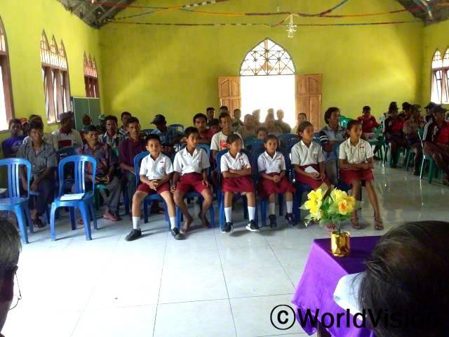 """""""마을발전 회의에서 아동모임은 마을 정부에 교육 지원을 위한 장학금 제도와 학교 교실 추가 건설 등 아동복지 향상을 위한 사업 제안서를 제출했어요.""""년 사진"""