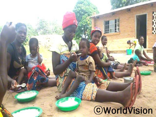이제는 주민들이 영양가 있는 음식을 준비하는 법을 알아요. 교육덕분에 아이들이 건강해지고 영양실조 아이들의 수도 줄었어요. -템와(보건 자원봉사자, 빨간 모자를 쓰고 아이를 먹이고 있는 사람)년 사진