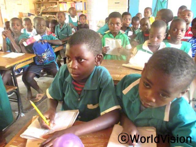 예전에 사용하던 교실에는 책상도 없었고 겨울에는 바닥이 너무 차가웠어요. 지금은 책상도 지원 받고 학교에서 수업 듣는 게 훨씬 좋아졌어요. -마리코(11세, 앞 줄 왼쪽)년 사진