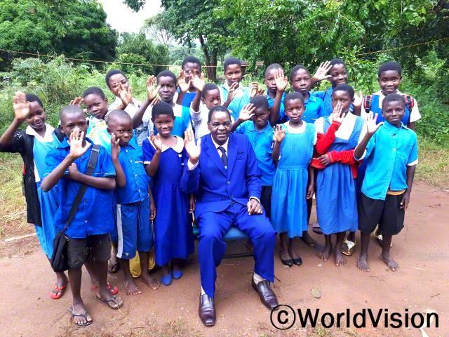말라위 상가 지역개발사업장 팀장 이프람 은돈토와 씨와 지역사회 아동들입니다.년 사진