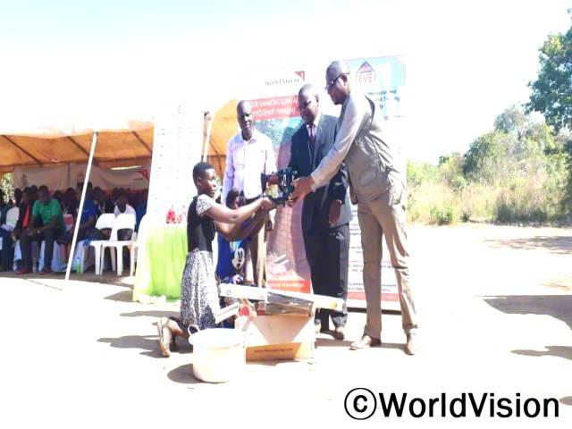 월드비전의 직업 훈련을 받고 주민들과 또 마을 청년들은 실력을 키우기 위해 애썼어요. 제인이 말했습니다. 월드비전은 지역사회 청년들을 대상으로 직업훈련을 실시합니다.년 사진