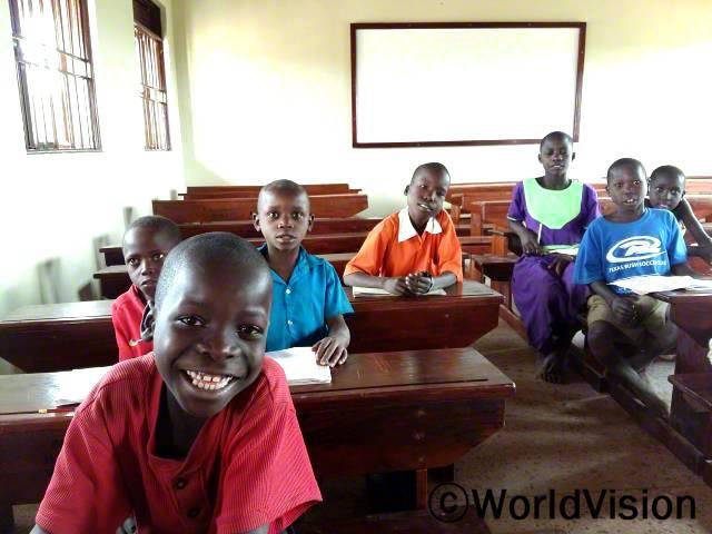 아이들은 아이들을 위해 제공된 의자에 앉아 편안해합니다.년 사진