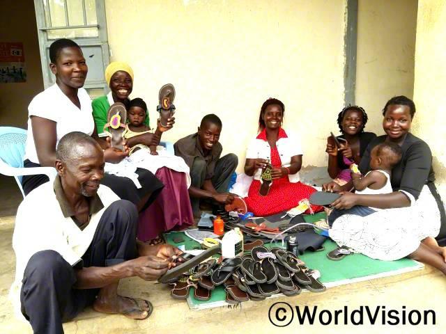 청년과 부모들은 신발 만드는 법을 배워 가족들을 부양합니다.년 사진