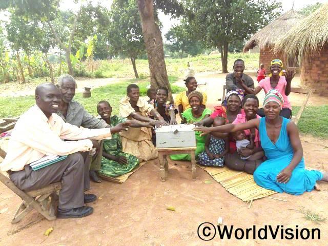 마을 주민들은 저축모임에 가입해 일을 하거나 가축을 분양하여 번 돈으로 저금을 시작했습니다. 덕분에 튼튼한 집을 짓고 아이들을 더욱 잘 챙길 수 있게 됐습니다.년 사진