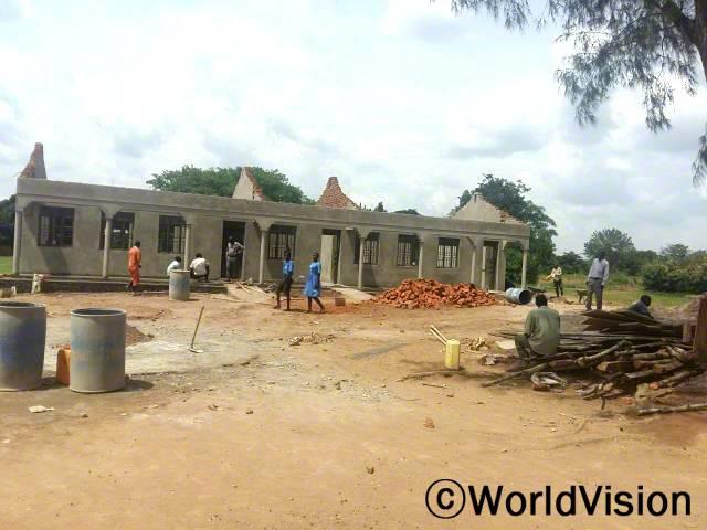 교실 건물을 지을 수 있게 지원해 주신 후원자님들께 감사드려요. 건물이 완성되면 아이들의 교육환경도 더 좋아지고 또 더 많은 아이들이 학교에 나오게 될 거라 기대해요. -주민년 사진