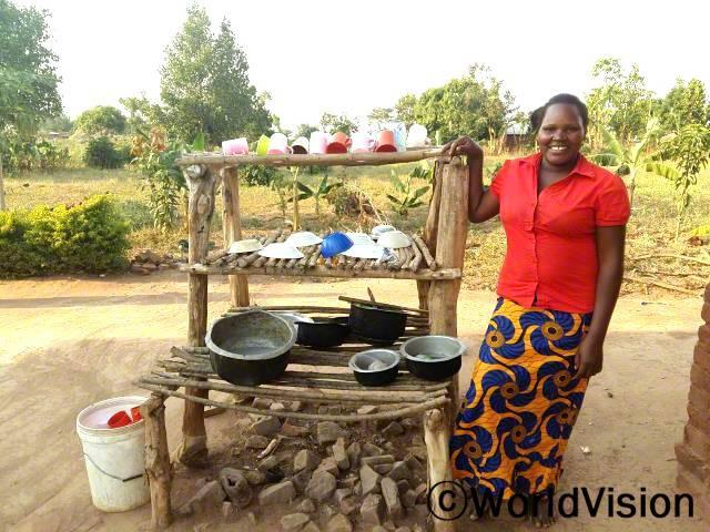 마을 주민들은 그릇 건조대 만드는 법을 배워 아이들이 위생적인 환경에서 자라고 있습니다.