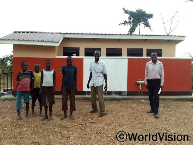 월드비전은 학교에 남여화장실을 설치하여 아이들이 보다 위생적인 환경에서 공부할 수 있도록 지원했습니다.