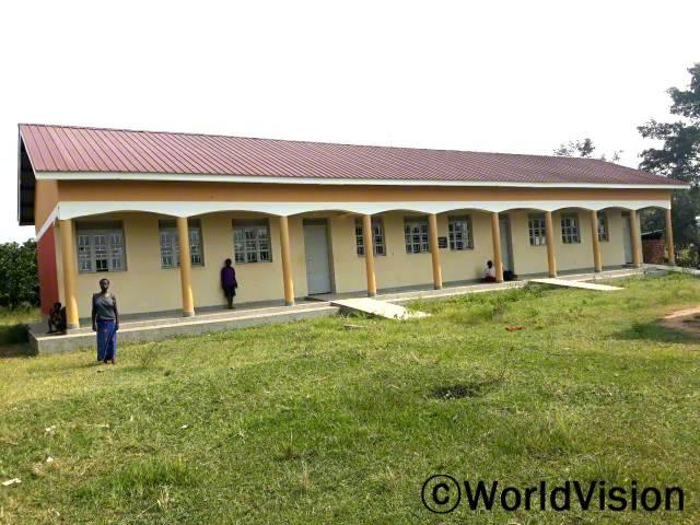 월드비전은 아동 교육의 질 향상과 안전한 학습환경을 조성하기 위해 학교에 새로운 3개의 교실을 설치했습니다. 학부모인 아지다는 이제 아이들이 새로운 교실에서 수업을 들을 수 있게 되었다며 기뻐합니다.년 사진