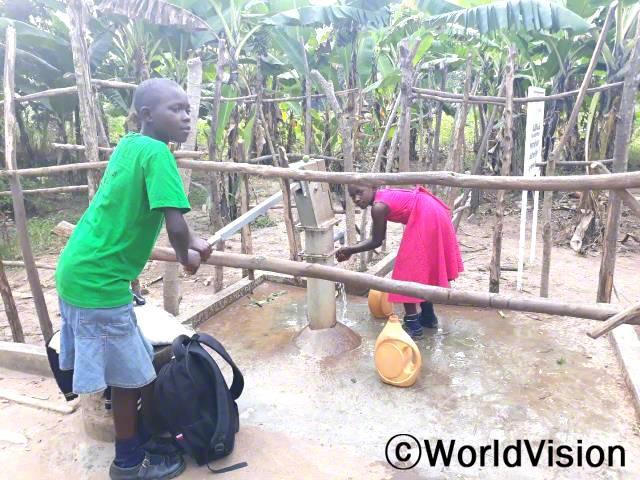 월드비전은 깨끗하고 안전한 식수와 환경을 제공하기 위해 마을에 수도시설을 설치하였습니다. 덕분에 후원아동인 루스는 수도시설을 이용하여 깨끗한 물을 얻을 수 있게 되었습니다.년 사진