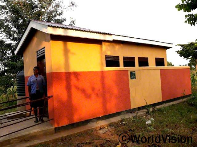 월드비전은 학교에 새로운 화장실을 설치했습니다. 덕분에 플로렌스와 친구들은 위생습관을 길러 아프지 않고 건강하게 지낼 수 있게 되었습니다.년 사진