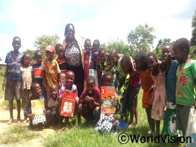 모잠비크 리피지 지역개발 사업장 팀장 멀시 채레제라씨와 지역사회 아동들입니다.년 사진
