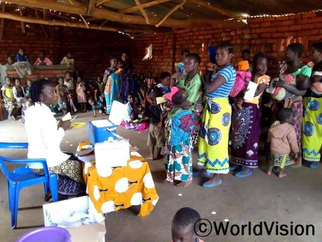 병원이 멀리 떨어져 있어 방문하기 어려웠던 주민들을 위해 마을에 이동식 보건소가 열렸습니다.어머니들은 5세 미만의 어린 자녀를 데리고 보건소에 방문하여, 자녀의 성장 촉진과 면역력을 높이는 보건서비스를 지원받았습니다.년 사진