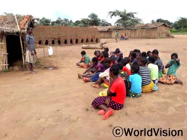 아이들은 간이 세면대 사용법을 배우며, 위생관리 교육을 받습니다.년 사진