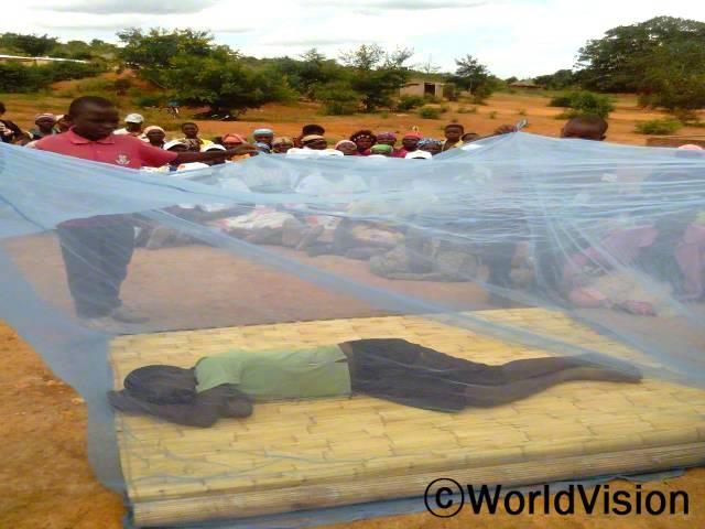 월드비전은 말라리아를 예방하기 위해 모기장을 설치했습니다. 지역주민들이 직접 모기장을 사용하는 법도 교육했습니다.년 사진