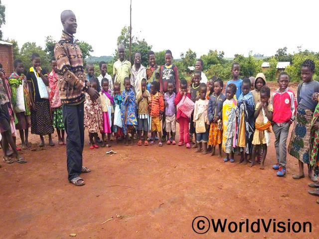 아이들이 학교 성적을 향상시키기 위해 방과 후 학교에 참여하고 있습니다.년 사진