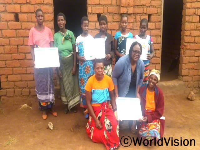 모잠비크 울롱궤 지역개발사업장 팀장인 머시 펠릭스 찰레제라 씨와 지역사회 아동들의 모습입니다.년 사진