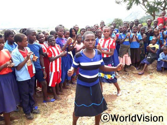 친구들과 함께 축하도 해주고, 재미있게 놀았어요. 우리 마을에 아동권리보호 교육을 열어주셔서 정말 감사해요.덕분에 마을은 더 안전하고, 우리에게 친근한 곳이 됐어요. - 티나(13세)년 사진